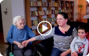Zdravotná sestra hovorí o odbornej starostlivosti o seniorov.